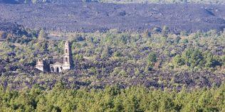 FOTO Minune divina? O biserica, singura constructie ramasa in picioare intr-un sat inghitit de lava