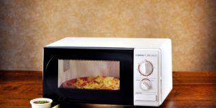 Ce nu poti baga in cuptorul cu microunde si cum iti poate lua foc bucataria