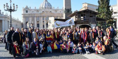 Colindandu-l pe Papa Francisc. Sfantul Parinte l-a luat in brate pe cel mai mic colindator din Cluj