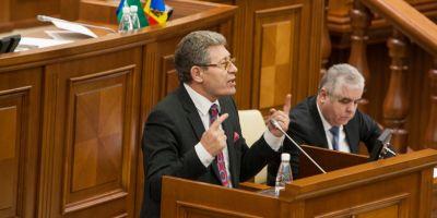 Mihai Ghimpu il da in judecata pe Iulian Fota: