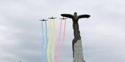 FOTO Spectacol aviatic in Bucuresti de Ziua Aviatiei Romane si a Fortelor Aeriene