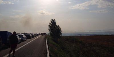 Trafic ingreunat pe Autostrada Bucuresti - Pitesti din cauza unui incendiu de vegetatie produs la kilometrul 95