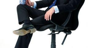 Ce spune despre un om modul in care sta genunchi peste genunchi. Pozitia care denota cert o atitudine defensiva
