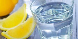 Cel mai sanatos energizant. De ce e bine sa bei apa plata cu lamaie, leacul natural care curata sangele de toxine