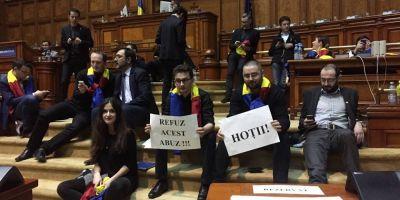 Noua parlamentari USR au innoptat in plenul Camerei Deputatilor. Barna: Vom protesta atat timp cat oamenii ies in strada