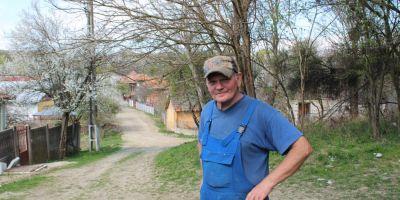 Inginerul german care a ales sa traiasca intr-un sat din Romania impreuna cu 15 caini. A dezvoltat sistemul de injectie auto si a lucrat pentru Armata SUA