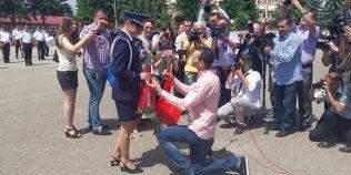 VIDEO Ministrul Carmen Dan, complice la o cerere in casatorie-surpriza la Scoala de Politie de la Campina