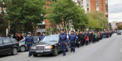 VIDEO Scene tragice in Lupeni. Ortacul ucis in galeriile surpate ale minei de carbune a fost inmormantat de ziua lui