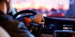 Obiceiuri care pot afecta functionarea masinii. Ce se uzeaza rapid cand conduci cu mana pe schimbatorul de viteze