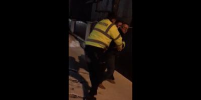 VIDEO Un sofer a fost agresat si incatusat de politisti dupa ce a facut un scandal monstru, refuzand sa se legitimeze