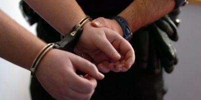 Tanar arestat dupa ce s-a dezbracat si a incercat sa violeze doua femei