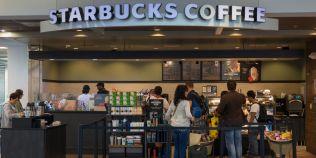 Inregistrarea apelului la 911 in care o angajata Starbucks a cerut interventia Politiei din cauza a doi barbati de culoare