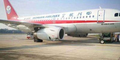 VIDEO China: Un avion a aterizat de urgenta in urma spargerii unui geam de la cabina de pilotaj. Copilotul a fost aspirat pe jumatate in exterior