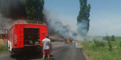FOTO Un camion incarcat cu ciment a luat foc in trafic dupa ce rezervorul a explodat